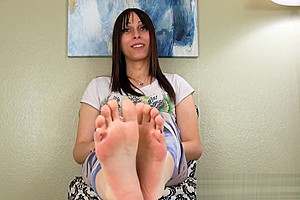 Bigfeet fetish trans pours oil over her feet...